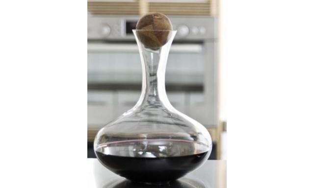 Karafa s dřevěnou kuličkou SAGAFORM Oval Oak, červ.víno, 2L